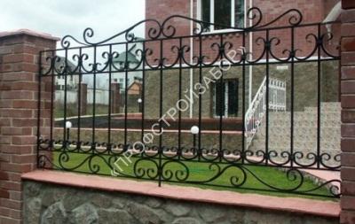 Кованый забор с художественными элементами