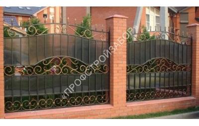 Кованый забор на кирпичных столбах с поликарбонатом