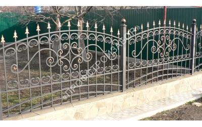Кованый забор на ленточном бетонном фундаменте