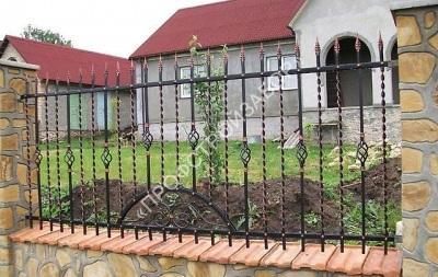 Кованый забор с каменными столбами
