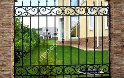 Кованый забор со столбами из декоративного камня