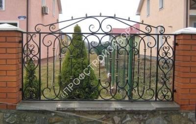 Кованый забор на каменном фундаменте с кирпичными столбами