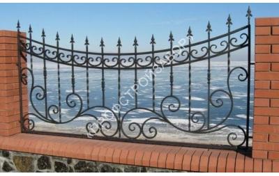 Кованый декоративный забор с кирпичными столбами