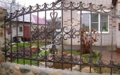 Художественный кованый забор с каменным фундаментом